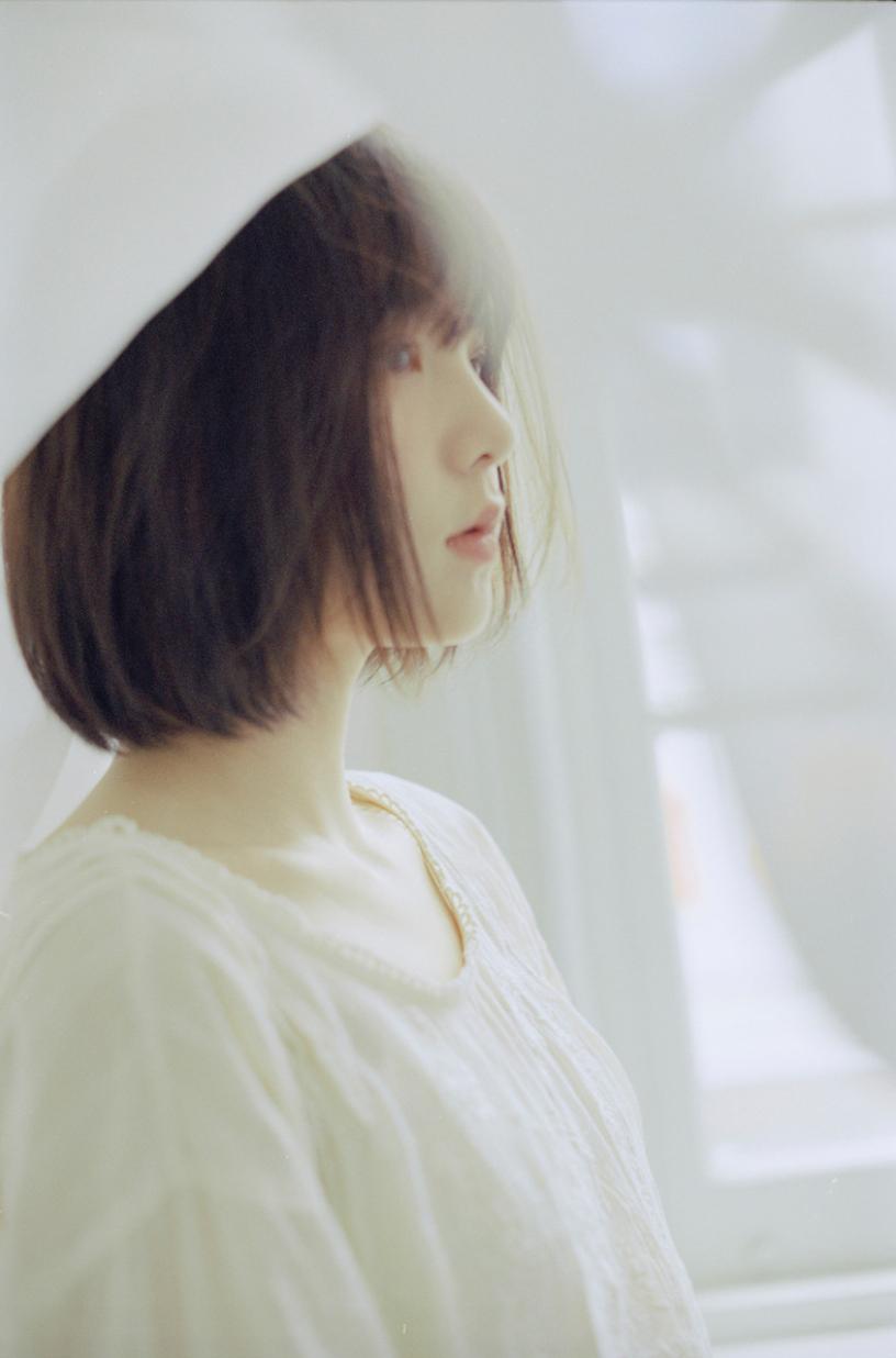 妹子摄影 – 少女白色纱裙可以朦胧美,也可以贴身内衣躲窗帘后小性感_图片 No.12