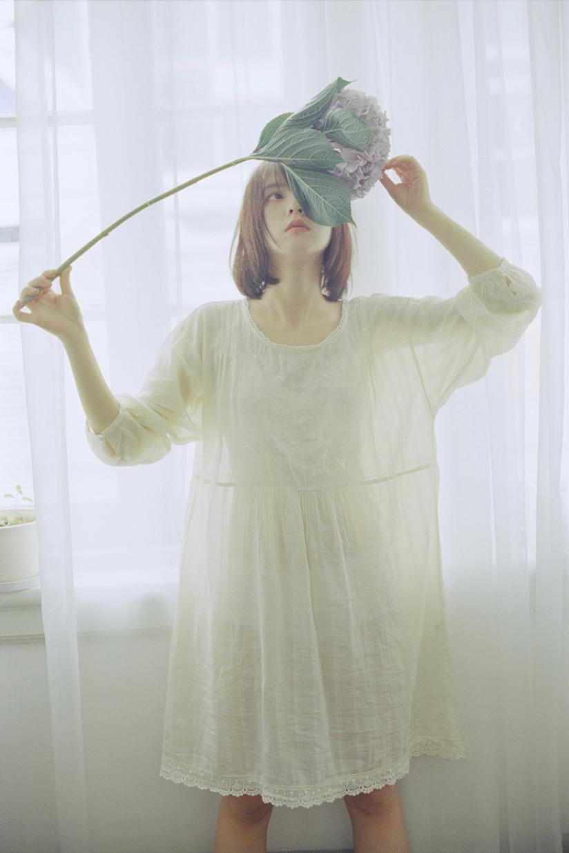 妹子摄影 – 少女白色纱裙可以朦胧美,也可以贴身内衣躲窗帘后小性感_图片 No.13