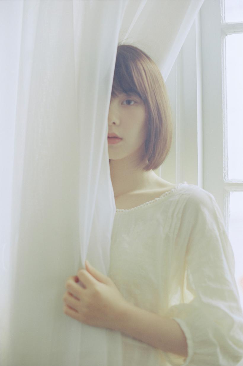 妹子摄影 – 少女白色纱裙可以朦胧美,也可以贴身内衣躲窗帘后小性感_图片 No.14