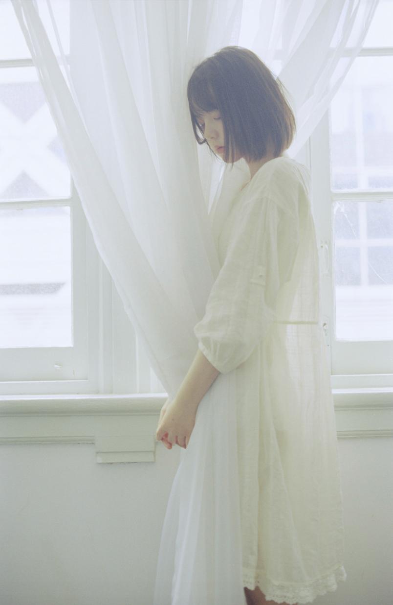 妹子摄影 – 少女白色纱裙可以朦胧美,也可以贴身内衣躲窗帘后小性感_图片 No.15