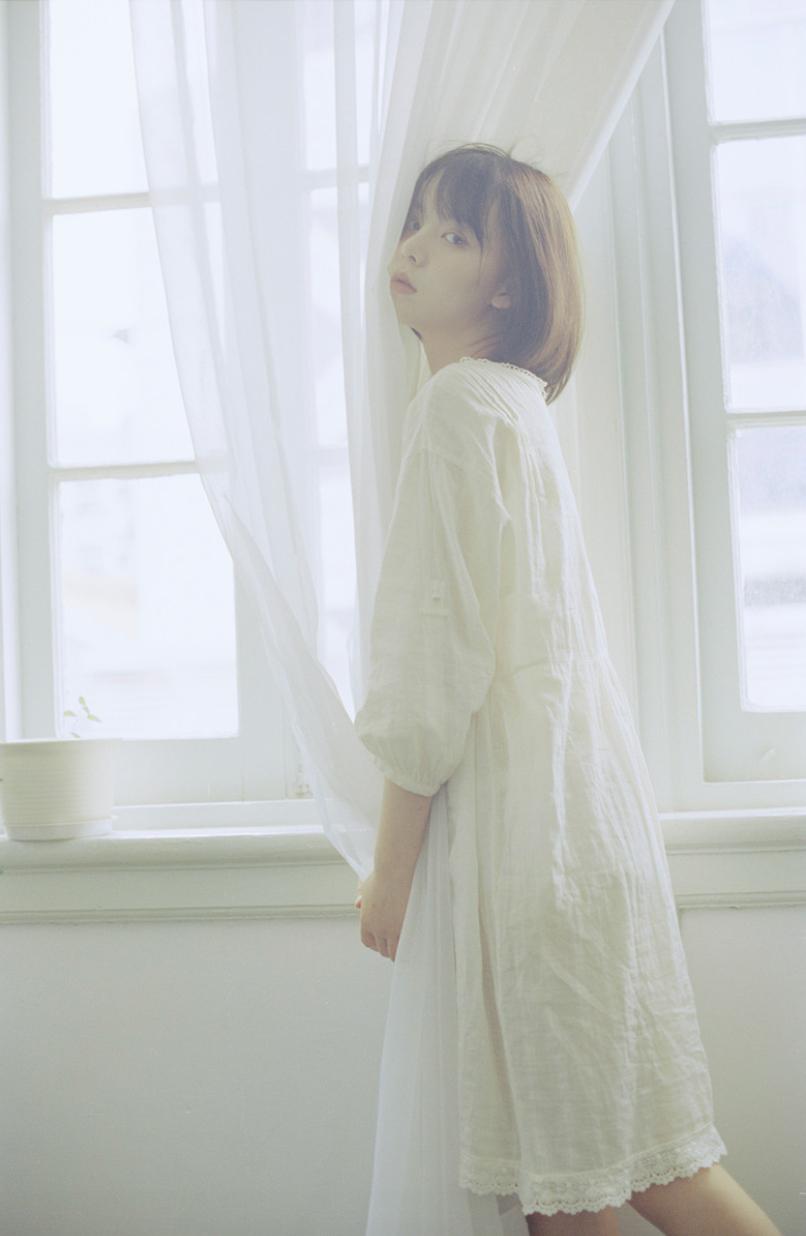 妹子摄影 – 少女白色纱裙可以朦胧美,也可以贴身内衣躲窗帘后小性感_图片 No.16