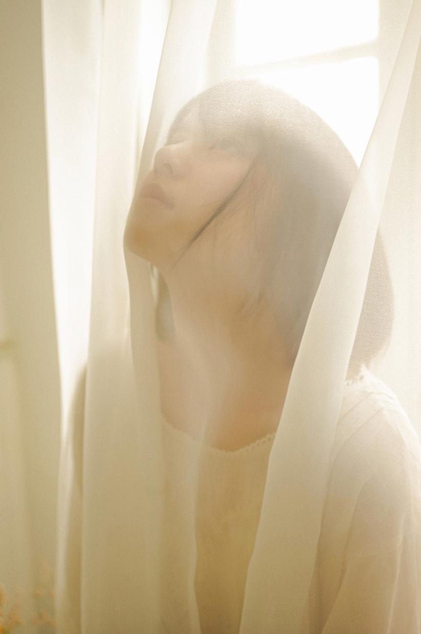妹子摄影 – 少女白色纱裙可以朦胧美,也可以贴身内衣躲窗帘后小性感_图片 No.19