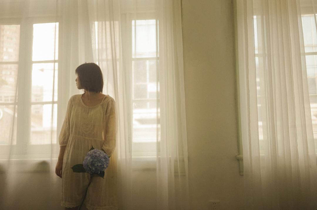 妹子摄影 – 少女白色纱裙可以朦胧美,也可以贴身内衣躲窗帘后小性感_图片 No.20