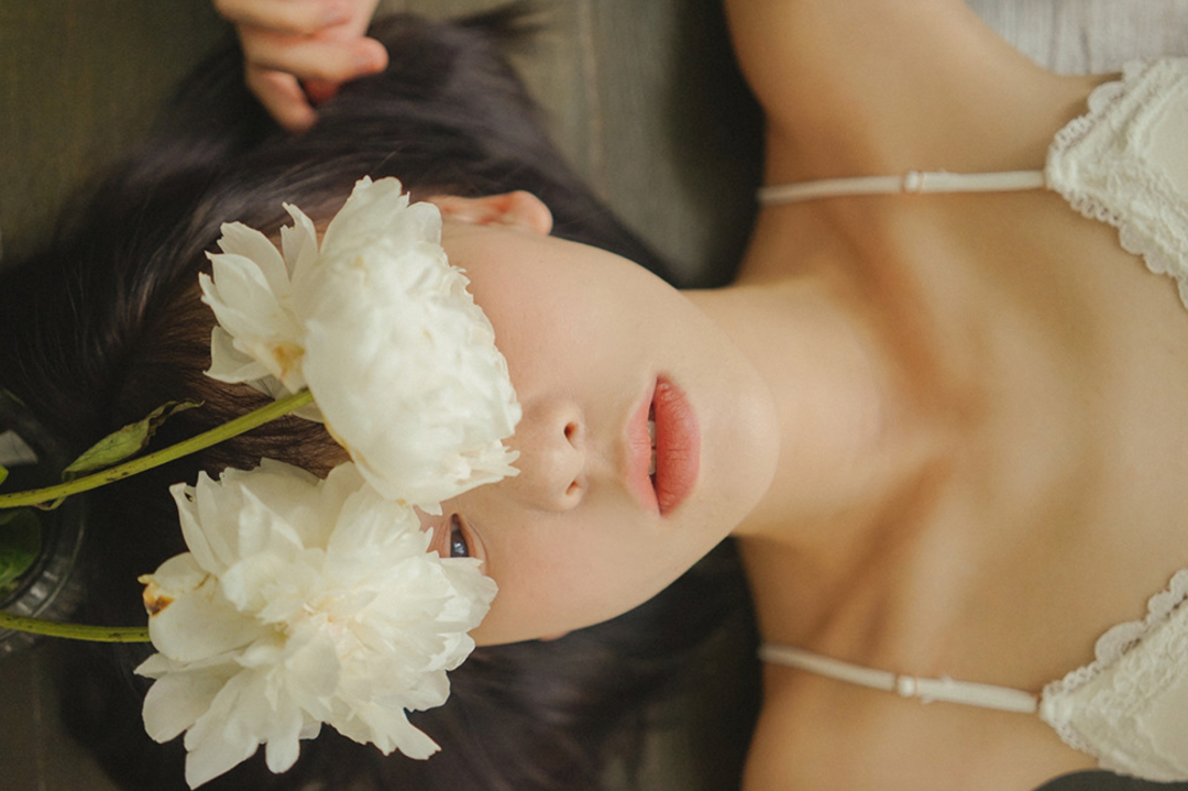 妹子摄影 – 少女白色纱裙可以朦胧美,也可以贴身内衣躲窗帘后小性感_图片 No.21