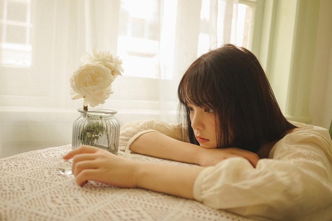 妹子摄影 – 少女白色纱裙可以朦胧美,也可以贴身内衣躲窗帘后小性感_图片 No.23