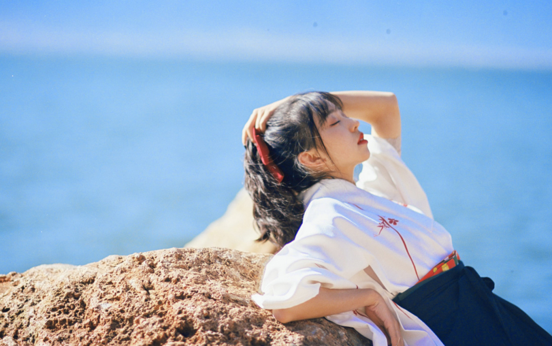 妹子写真   微博美少女@亦卷古月,唯美汉服在海边 - [leimu486.com] No.8