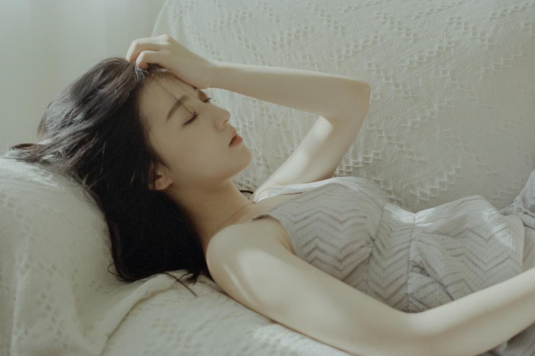 妹子写真 – 睡裙少女在沙发上摆出各种姿势,小小诱惑_图片 No.4