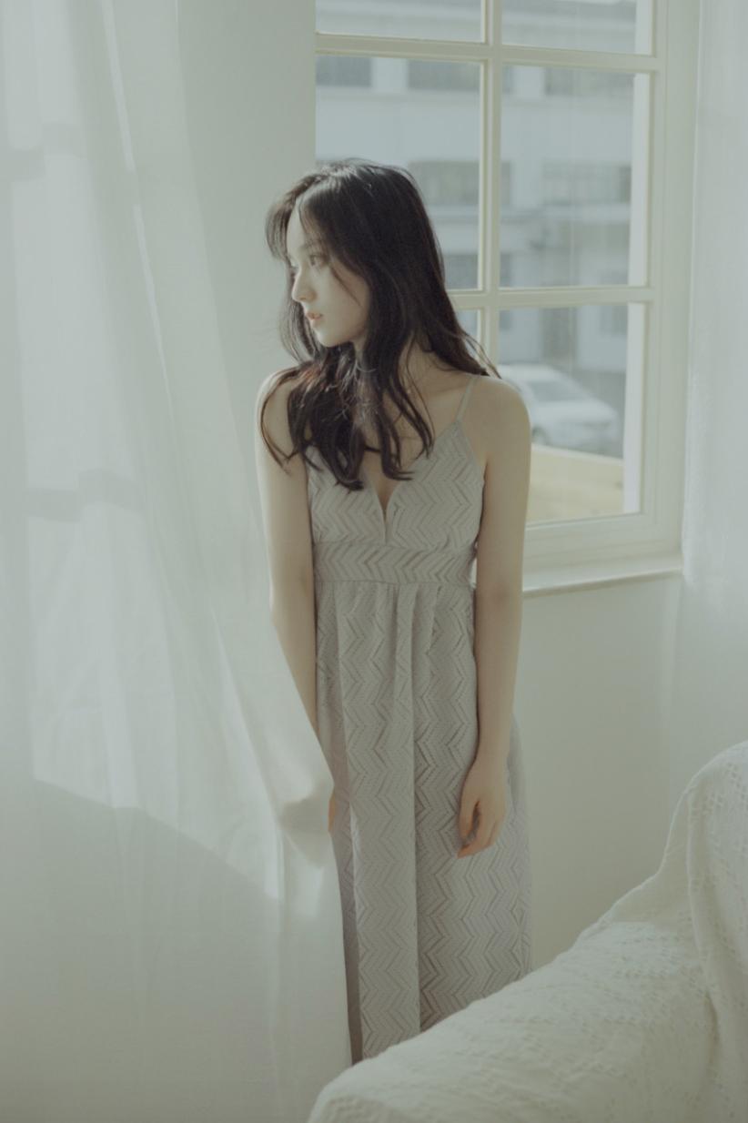 妹子写真 – 睡裙少女在沙发上摆出各种姿势,小小诱惑_图片 No.11