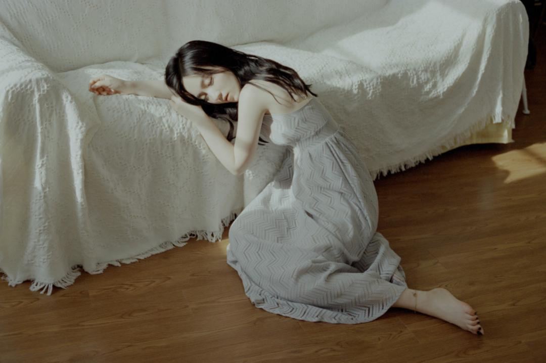 妹子写真 – 睡裙少女在沙发上摆出各种姿势,小小诱惑_图片 No.12