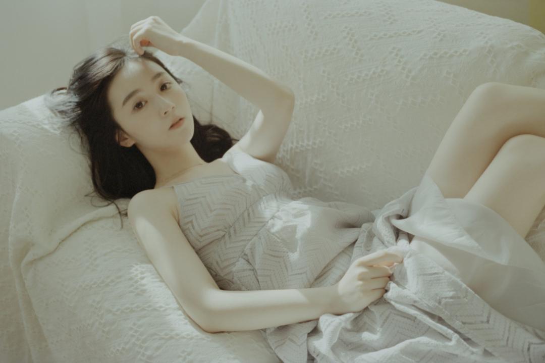 妹子写真 – 睡裙少女在沙发上摆出各种姿势,小小诱惑_图片 No.15