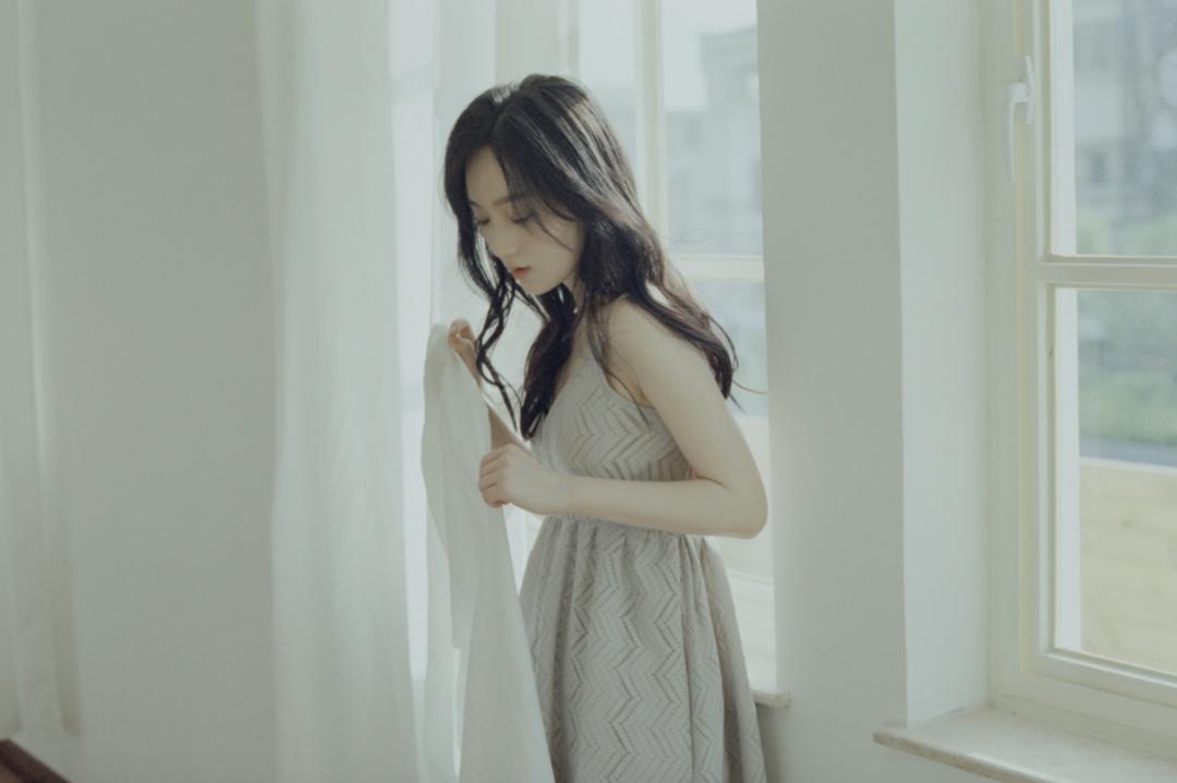 妹子写真 – 睡裙少女在沙发上摆出各种姿势,小小诱惑_图片 No.16