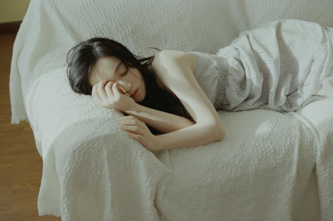 妹子写真 – 睡裙少女在沙发上摆出各种姿势,小小诱惑_图片 No.20