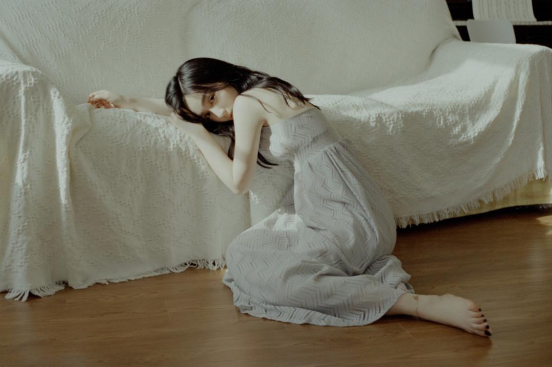 妹子写真 – 睡裙少女在沙发上摆出各种姿势,小小诱惑_图片 No.22