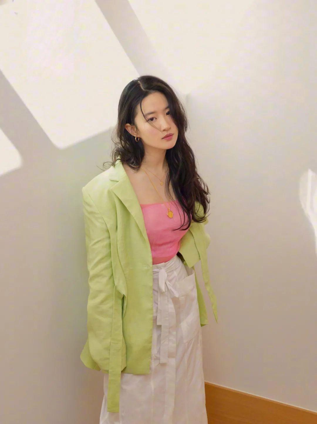 妹子写真 – 刘亦菲和佟丽娅,这个年纪的知性美!_图片 No.14