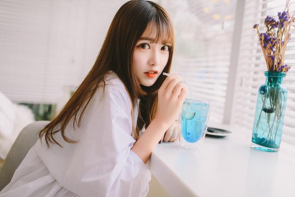 妹子摄影 – 素雅连衣裙少女 窗前喝冰水好惬意_图片 No.1