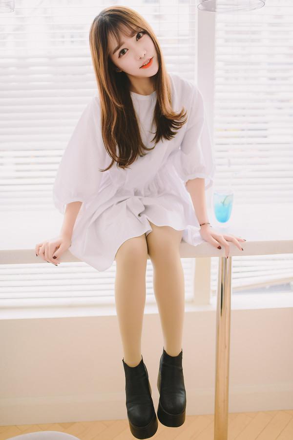 妹子摄影 – 素雅连衣裙少女 窗前喝冰水好惬意_图片 No.5