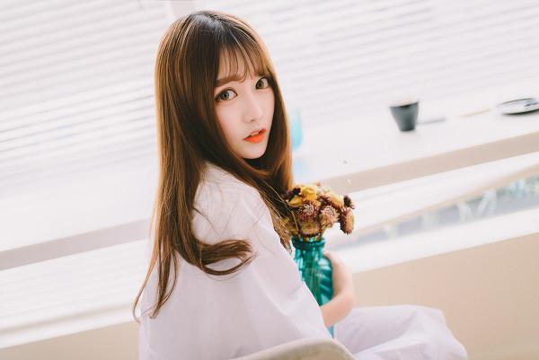 妹子摄影 – 素雅连衣裙少女 窗前喝冰水好惬意_图片 No.11