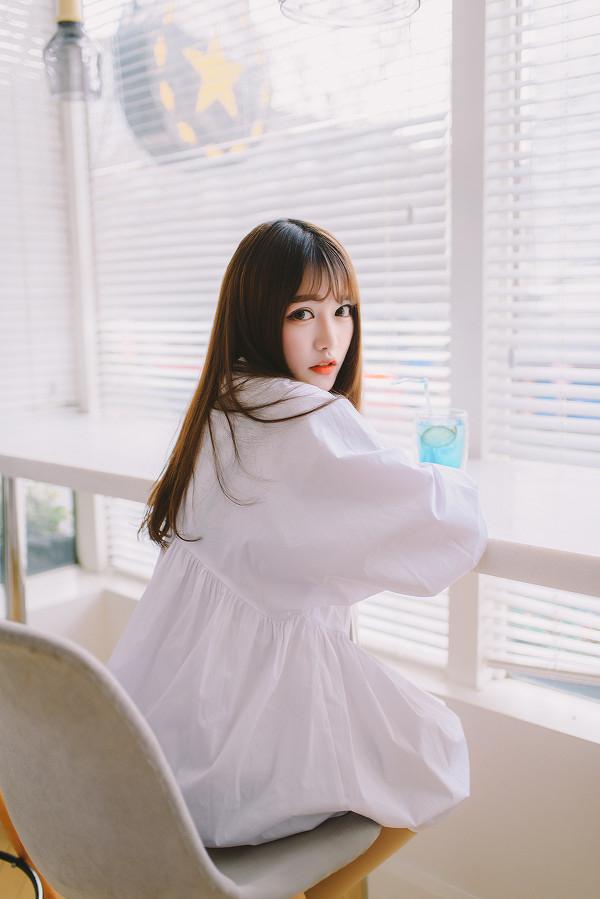 妹子摄影 – 素雅连衣裙少女 窗前喝冰水好惬意_图片 No.12