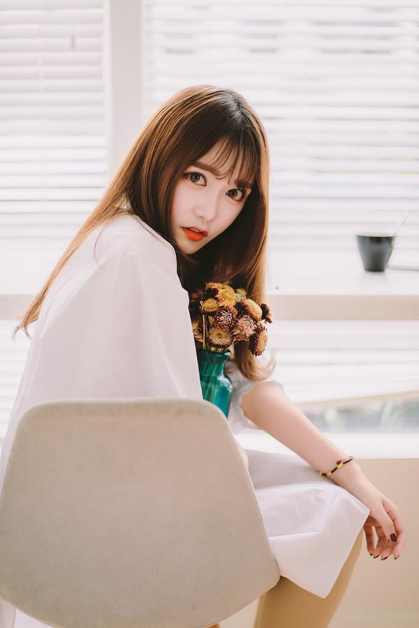 妹子摄影 – 素雅连衣裙少女 窗前喝冰水好惬意_图片 No.13