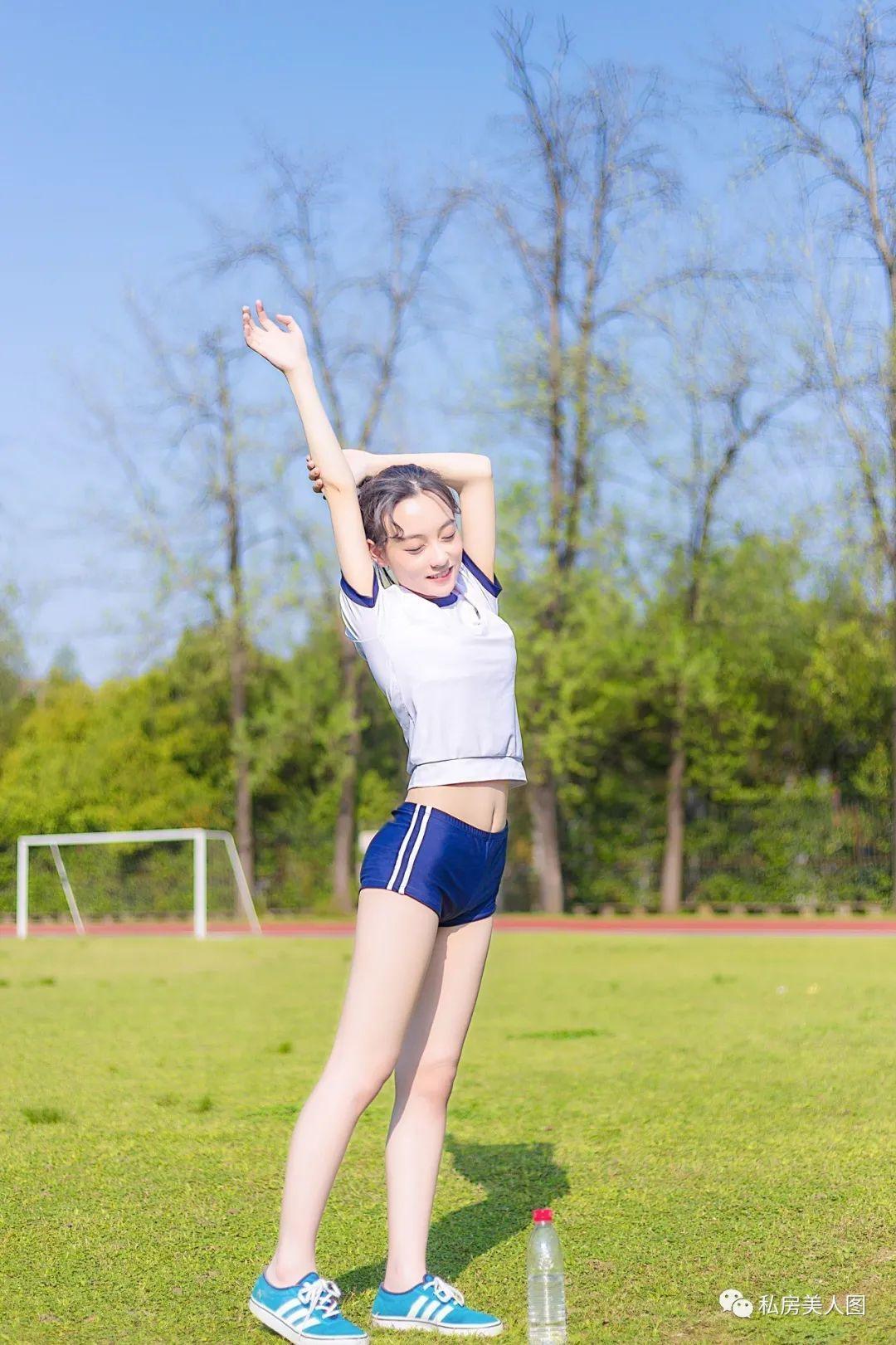 妹子摄影 – 青春学妹体操服在操场上迎着阳光 元气活力_图片 No.1