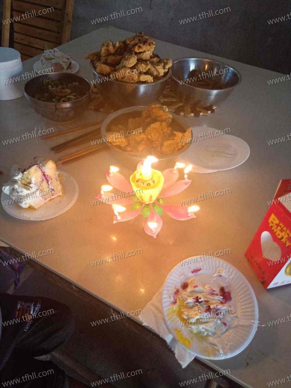 提前一天过生日,买了个小蛋糕给小朋友们吃图片 No.4
