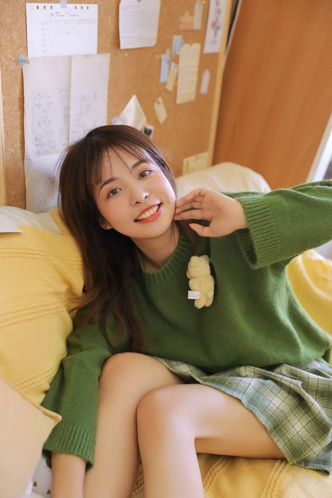 妹子摄影 – 甜美迷人短裙毛衣 美腿少女_图片 No.1