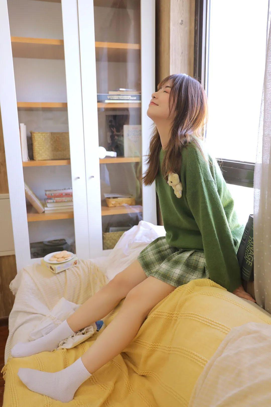 妹子摄影 – 甜美迷人短裙毛衣 美腿少女_图片 No.3