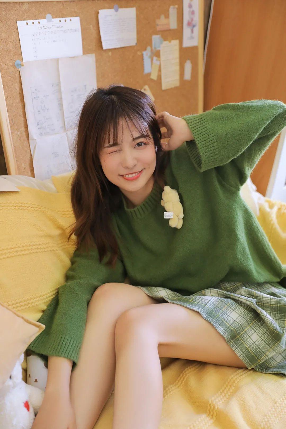 妹子摄影 – 甜美迷人短裙毛衣 美腿少女_图片 No.4