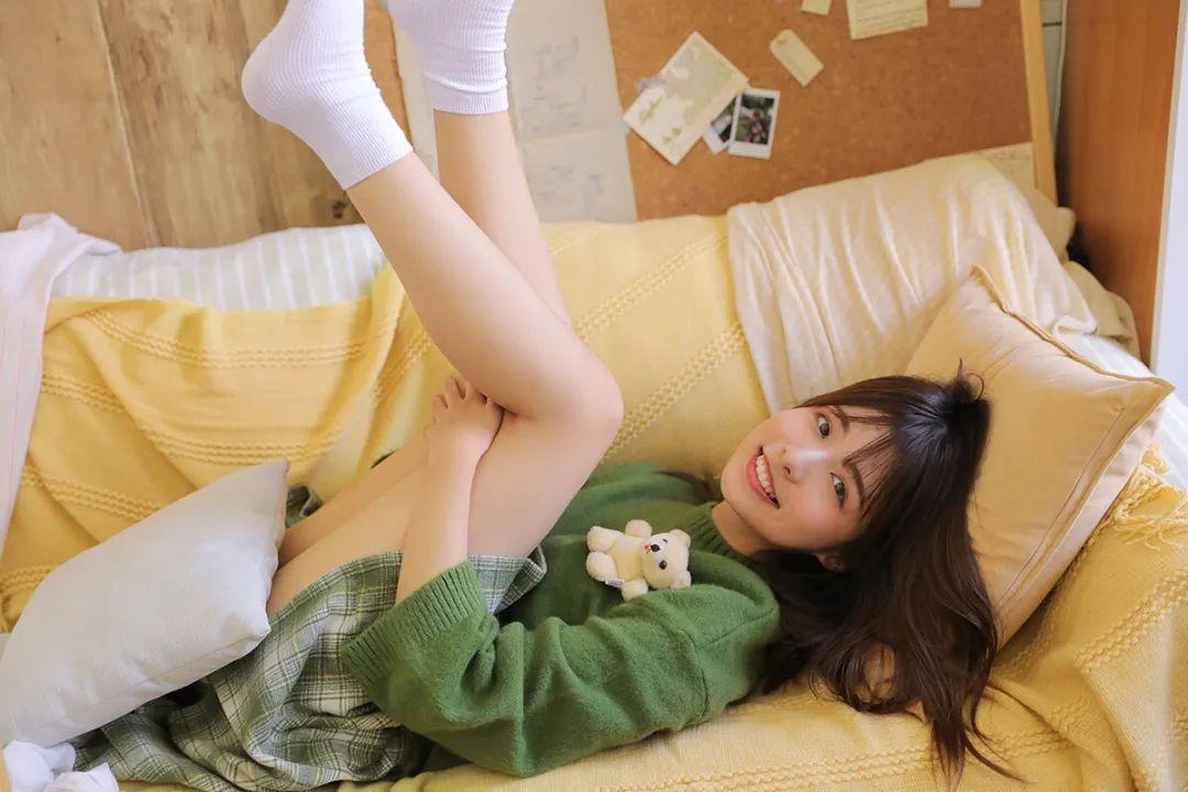 妹子摄影 – 甜美迷人短裙毛衣 美腿少女_图片 No.7
