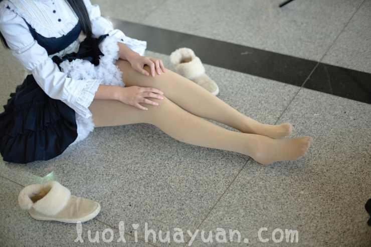 [森萝财团] -FREE系列之 FREE-007 棕色呢子大衣外套 肉色丝袜少女鸭子坐坐在地上 [83P/563 MB]_图片 8