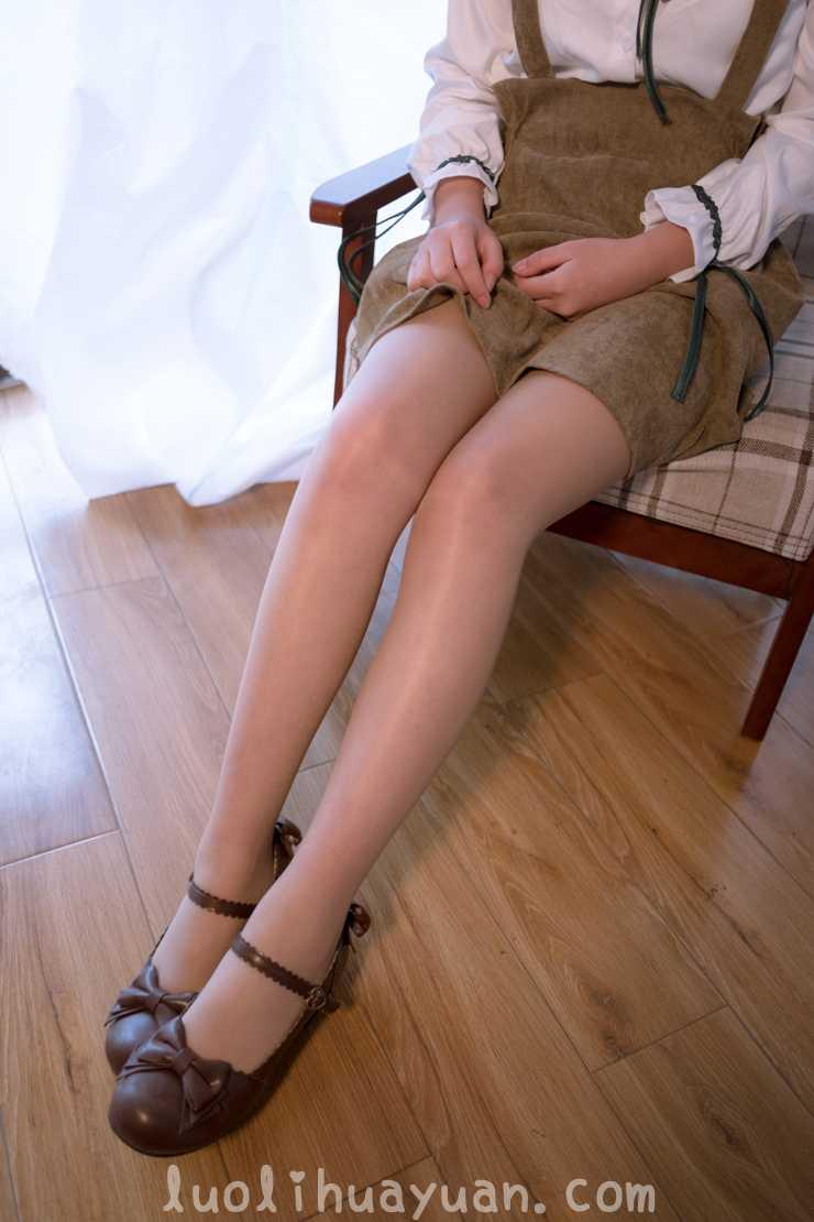 [森萝财团] -FREE系列之 FREE-008 背带裙乖巧少女在毛绒地毯上褪白丝 [1V 1006 MB]_图片 12