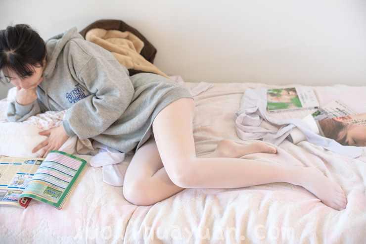 [森萝财团] -X系列之 X-003毛绒拖鞋油光丝袜 甜美少女蜷伏床上 [149P/1V 1910 MB]_图片 4