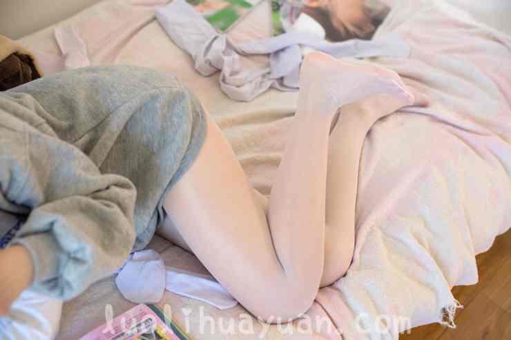 [森萝财团] -X系列之 X-003毛绒拖鞋油光丝袜 甜美少女蜷伏床上 [149P/1V 1910 MB]_图片 6