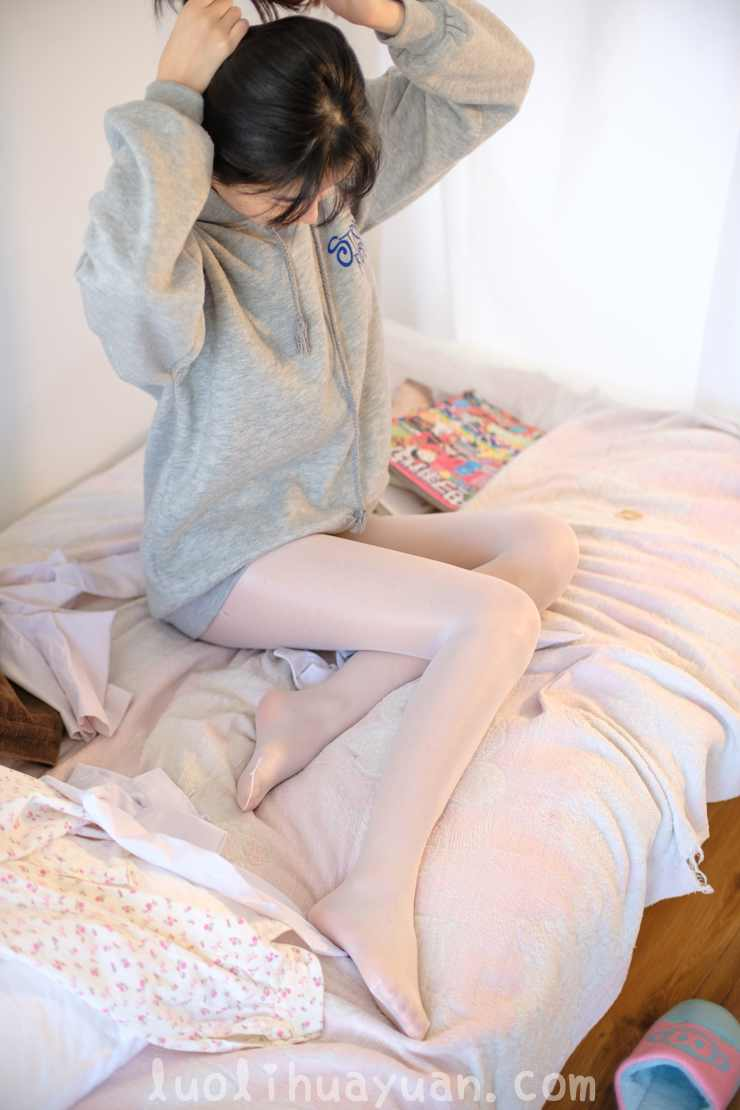 [森萝财团] -X系列之 X-003毛绒拖鞋油光丝袜 甜美少女蜷伏床上 [149P/1V 1910 MB]_图片 12