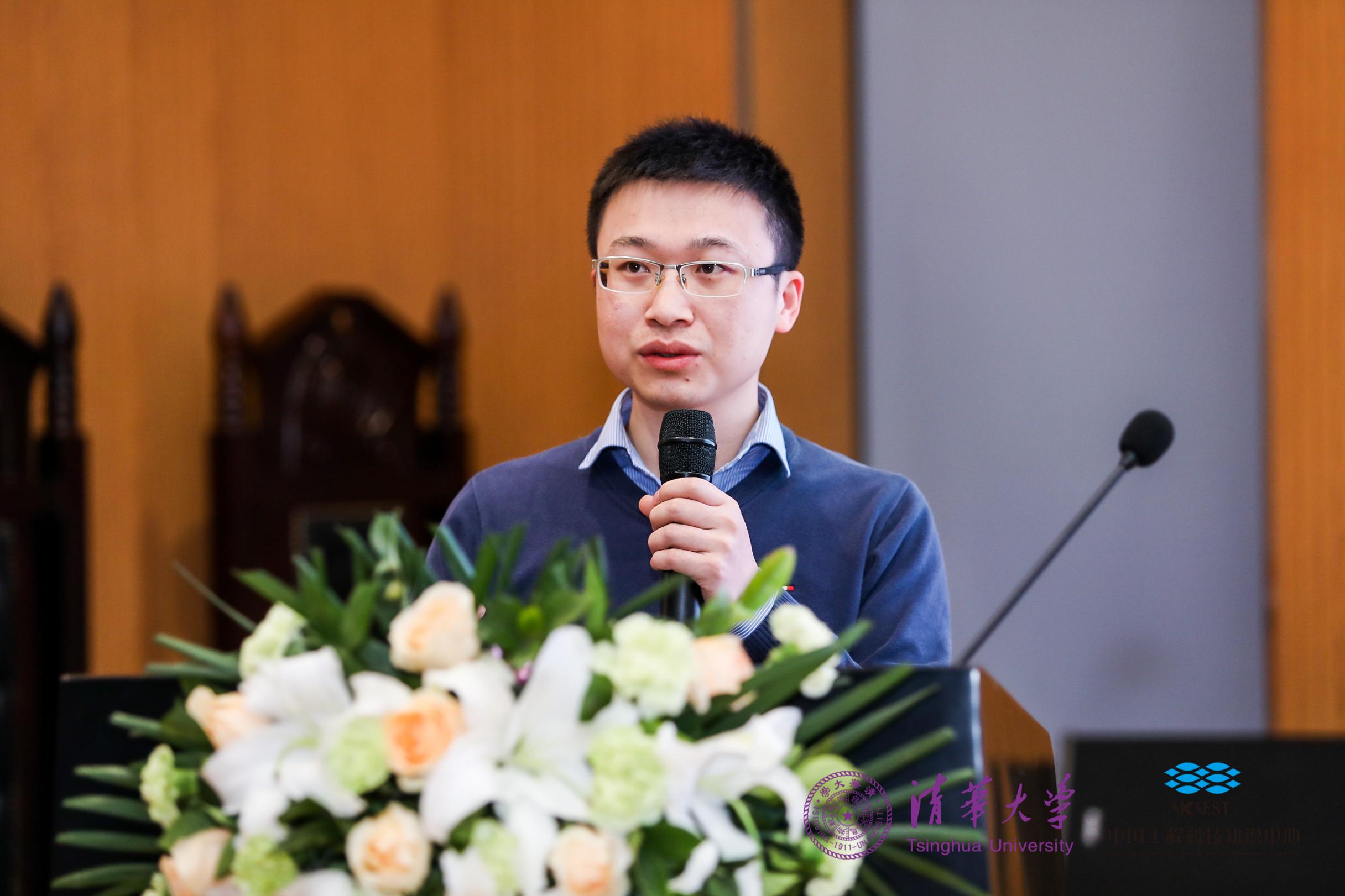 图注:黄高在清华大学发表学术报告