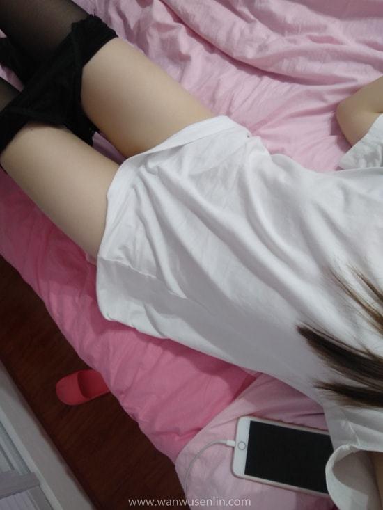 云宝宝er 黑丝白T恤 床上自拍 31P+2V