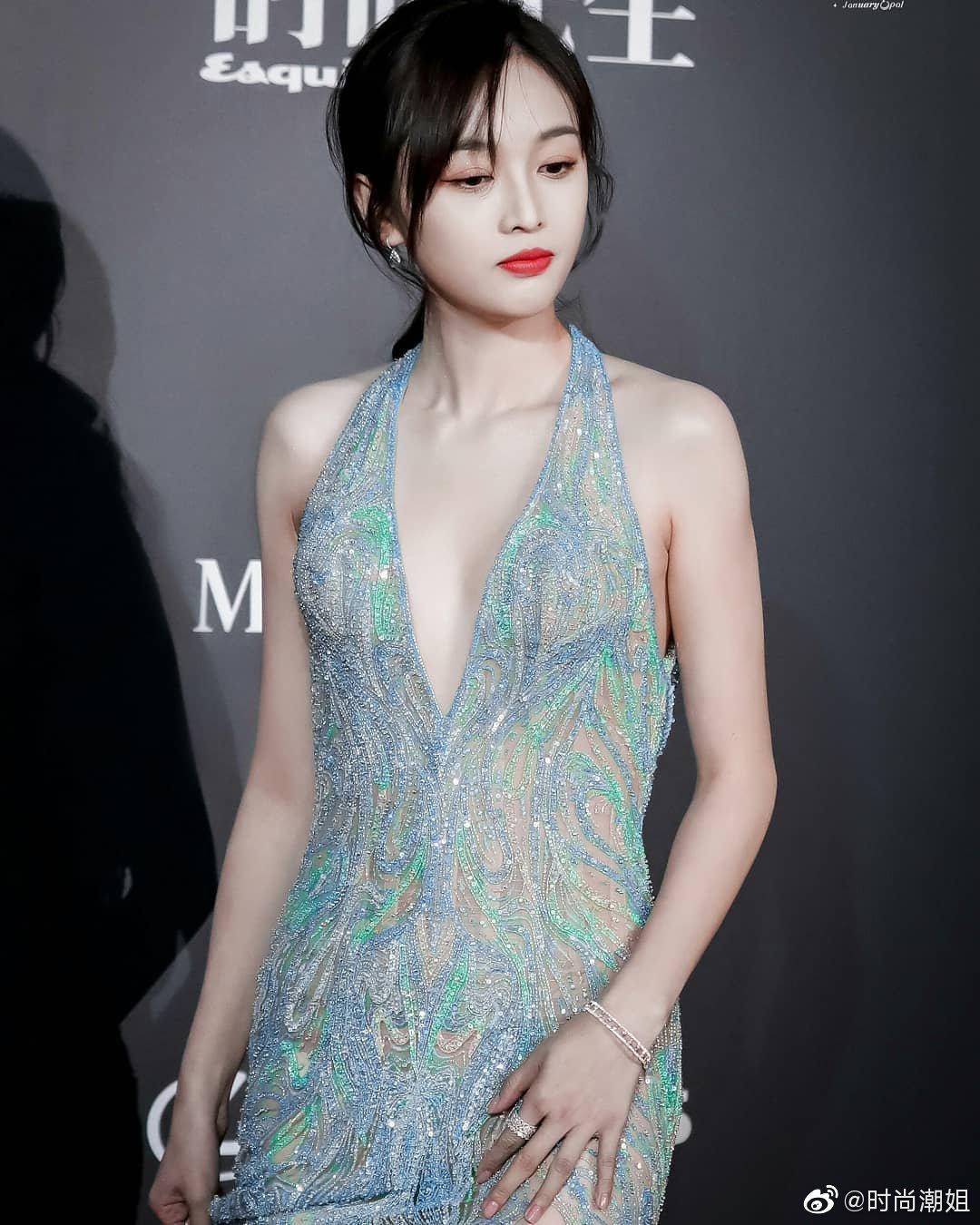 羽毛深V裙性感、温柔、优雅、美丽的吴宣仪 
