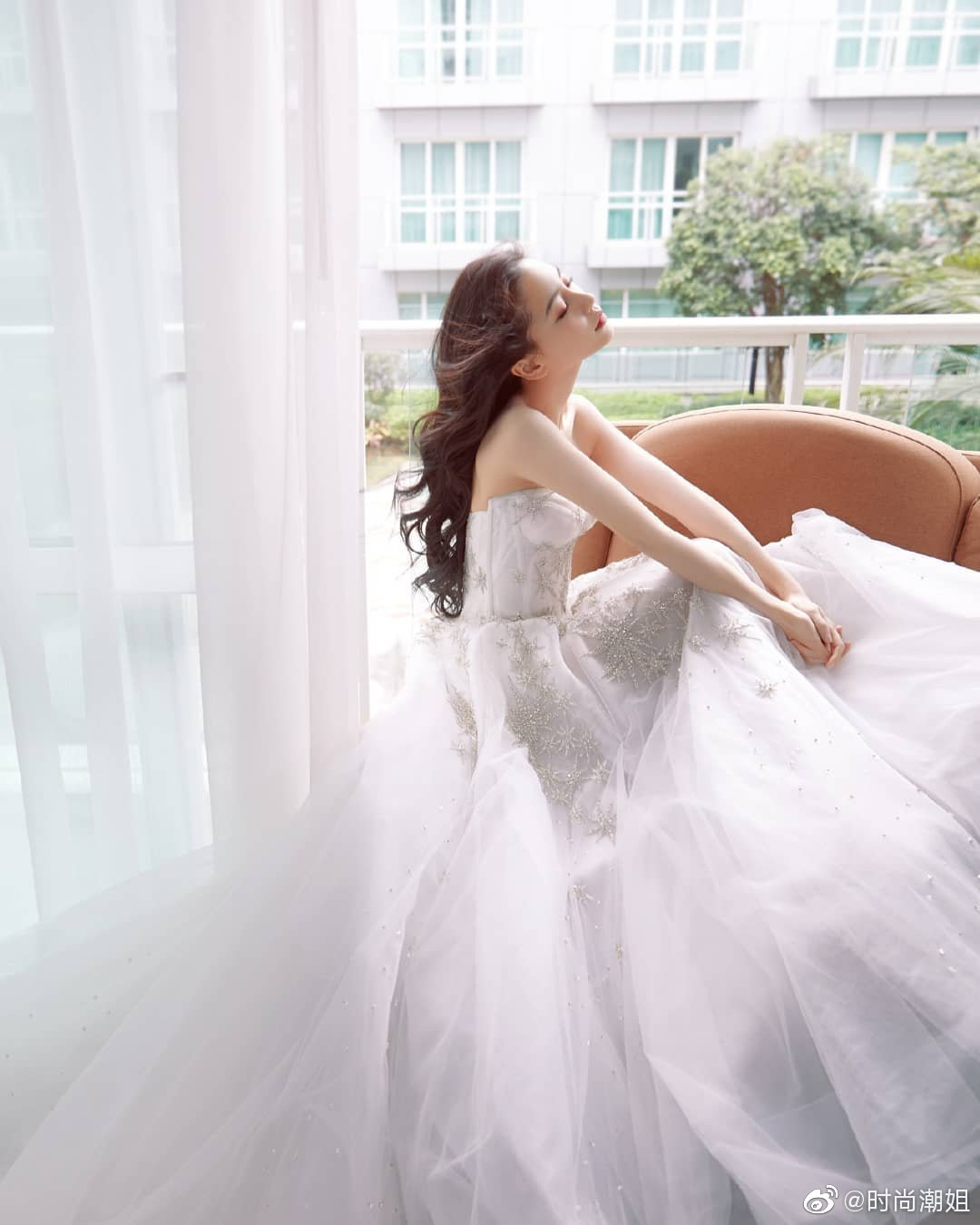 angelababy抹胸刺绣白纱裙写真,高贵而优雅!