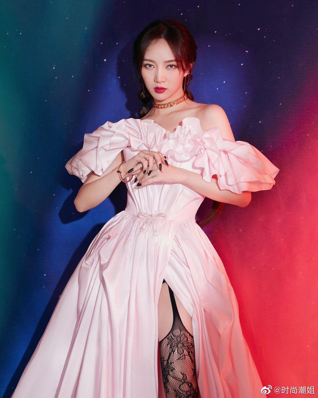 孟佳写真图片,甜甜美粉色蓬蓬裙和黑色性感蕾丝,简直是人间水蜜桃!
