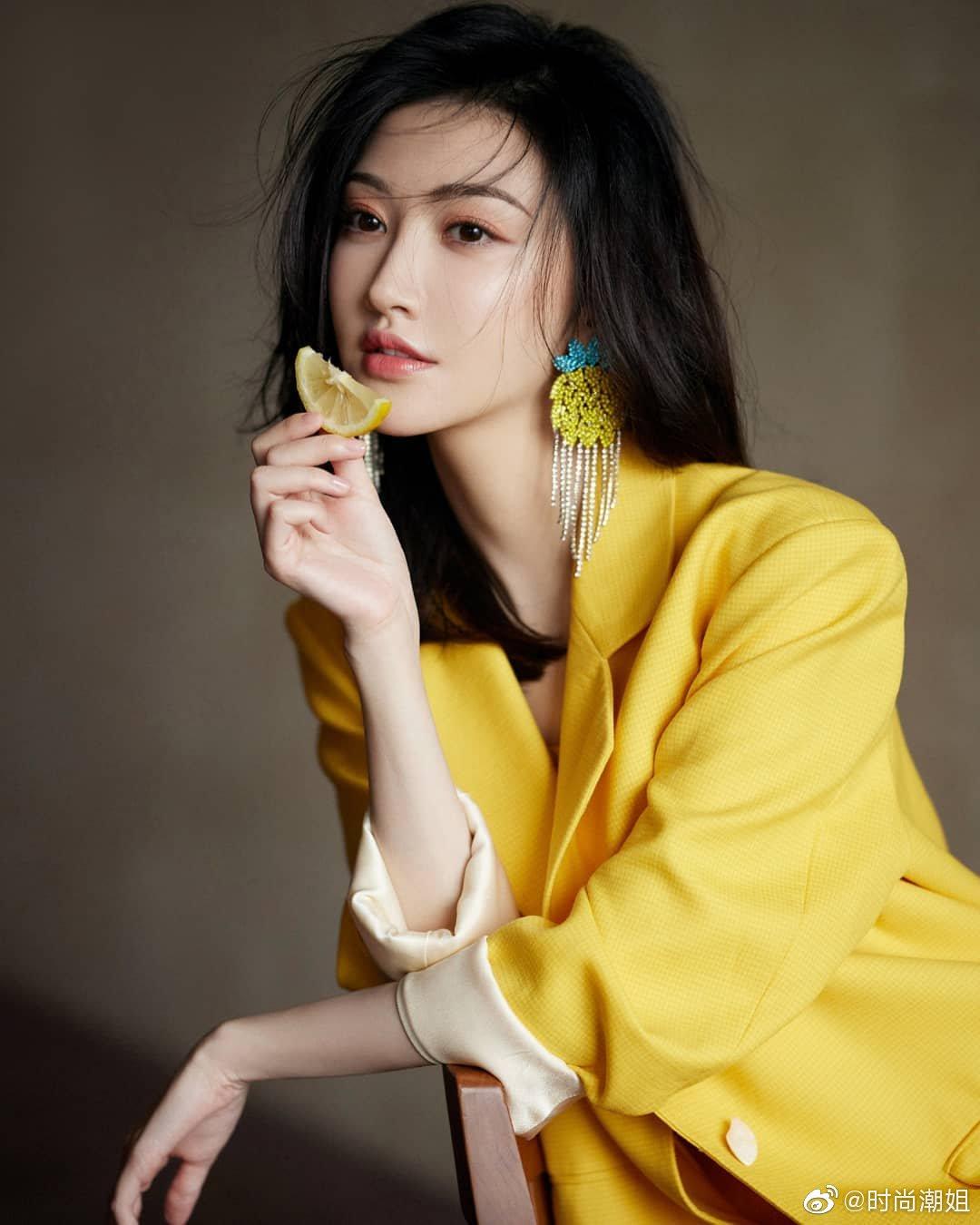 亮黄色西装飒酷又甜美景甜写真图片