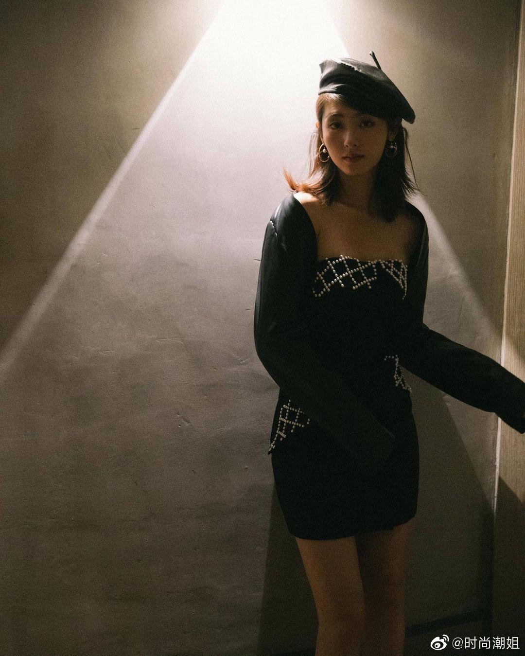 邢菲黑色短裙写真图片,飒酷甜美! 