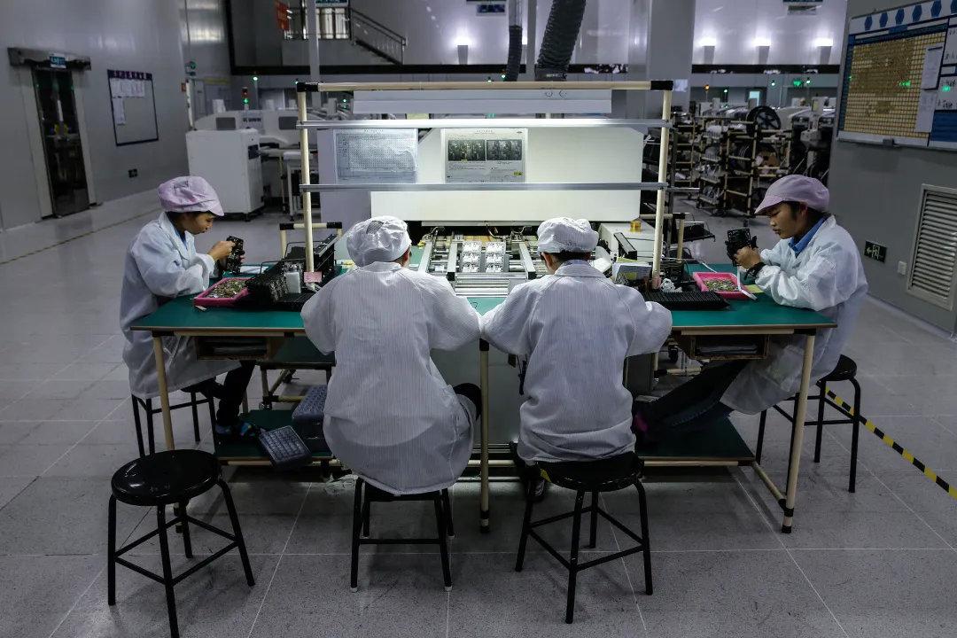 2015年12月24日,广东东莞大岭山镇金立工业园,流水线工作人员