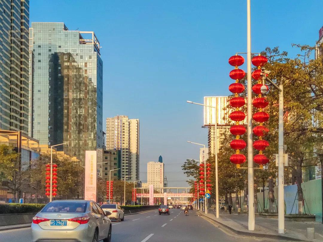 2019年1月29日,广东省东莞市,虎门镇大街上车辆不多,但到处都是迎新春装饰
