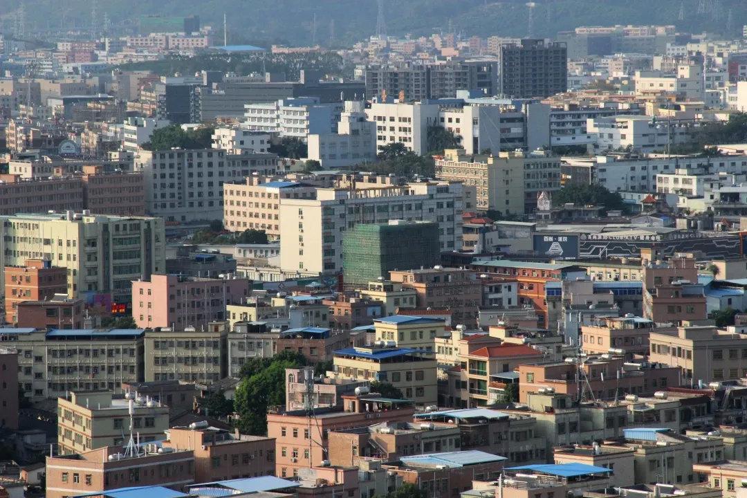 2019年,东莞房产均价约2万一平米,房价远低于深圳