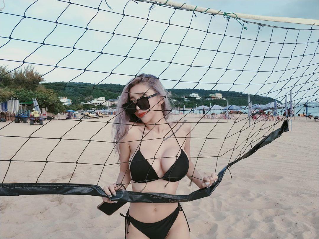 大胸妹萧晴Sunny穿着性感比基尼沙滩排球