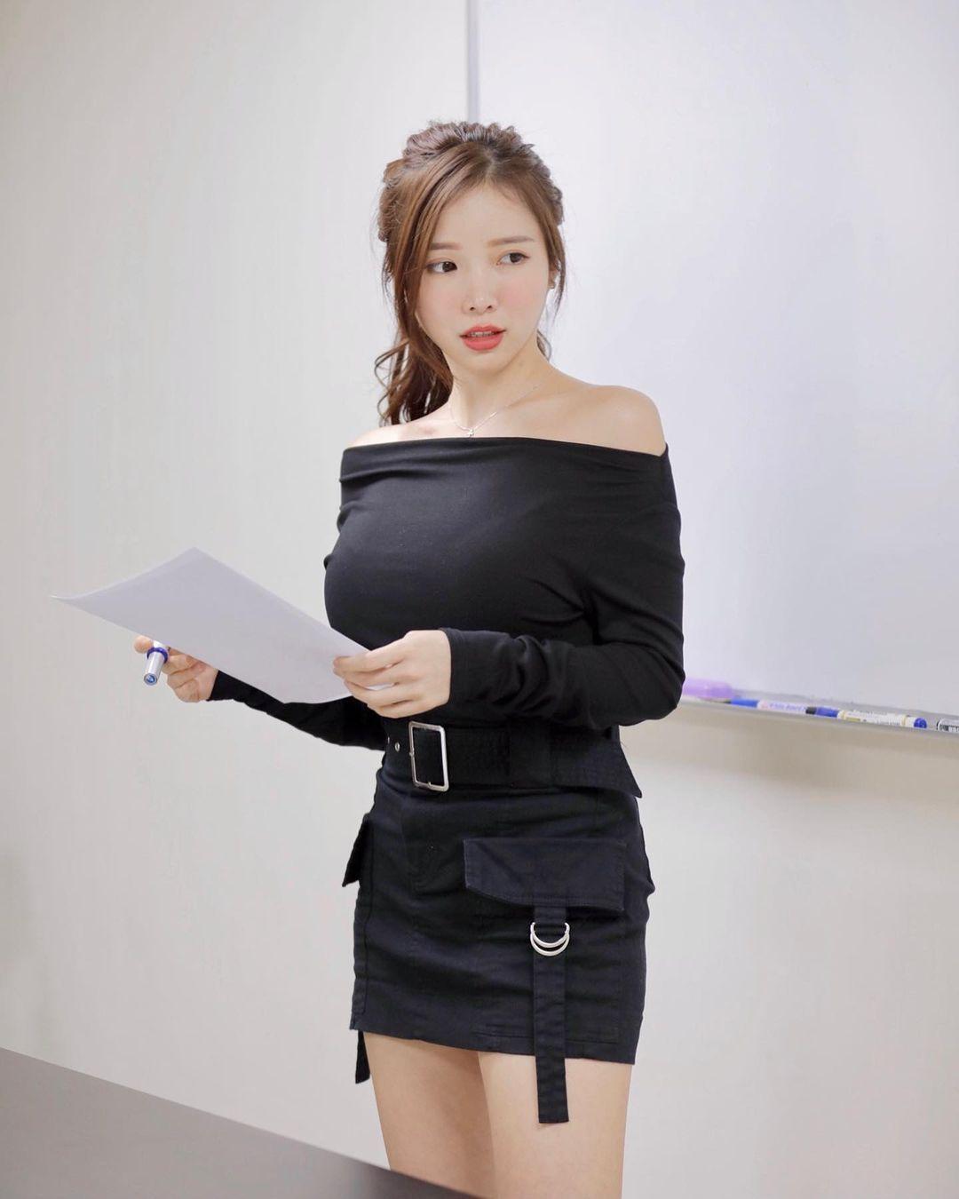 英文老师蓝星蕾身材太好穿迷你裙上课 吃瓜基地 第5张