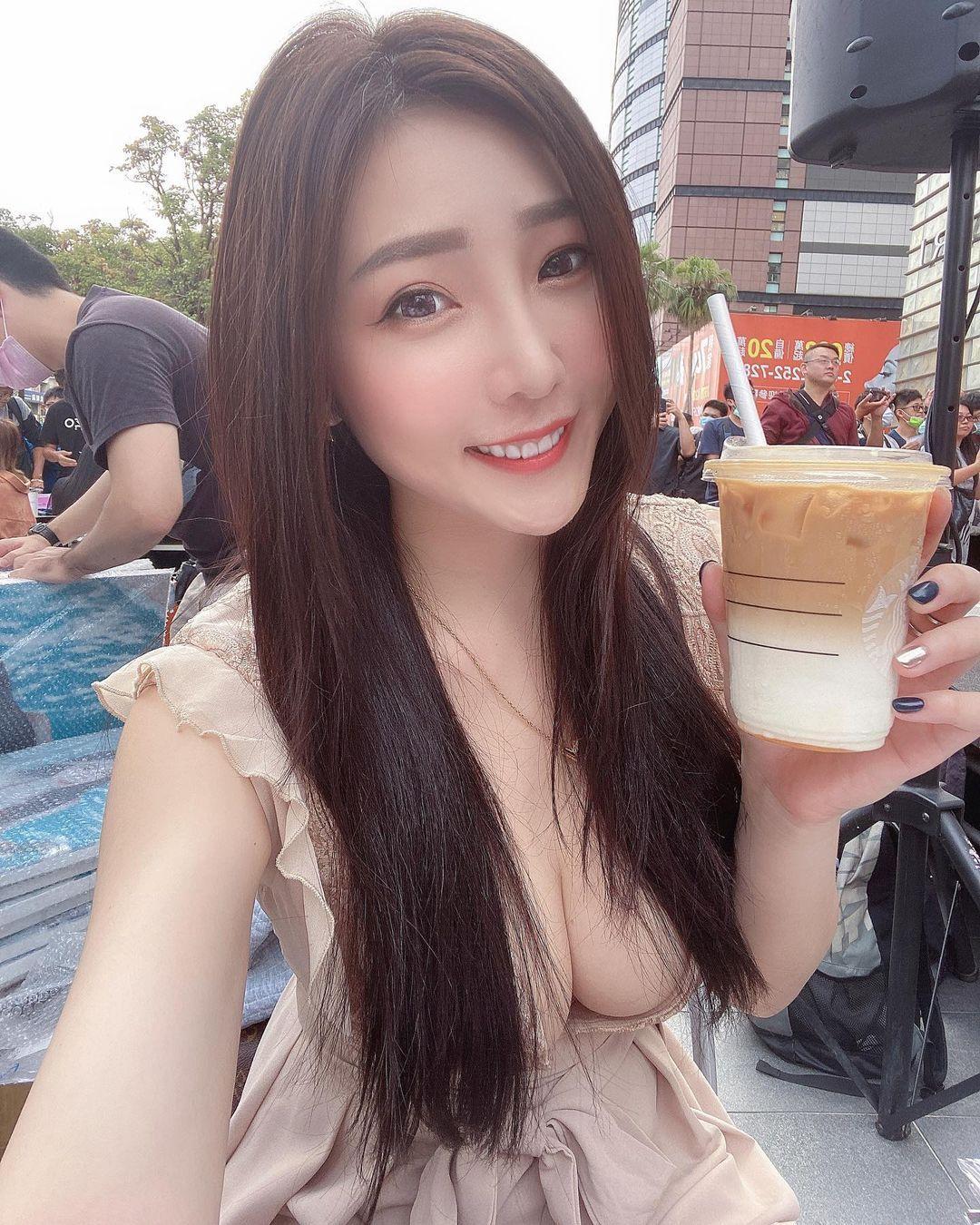 吃货美女许薇安Vivi Hsu丰满上围比拿铁还重