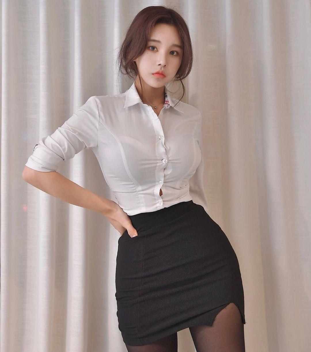 韩国网红美女zzyuridayo苗条身材OL制服太诱人 吃瓜基地 第2张
