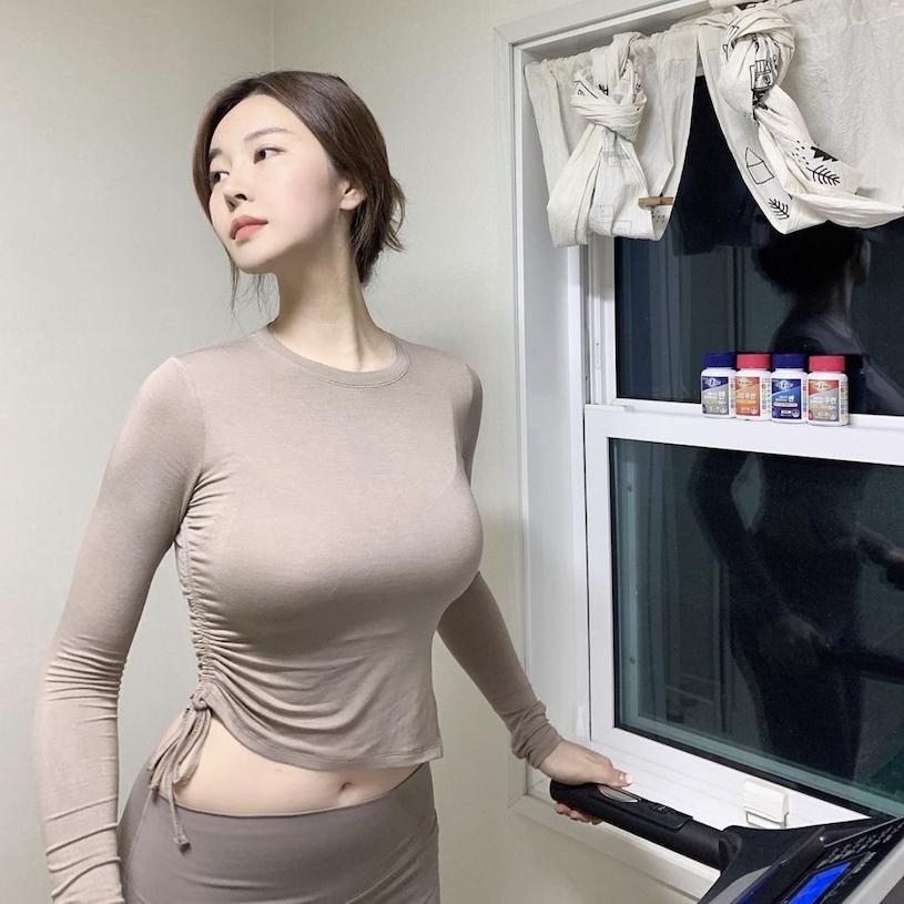韩国网红美女from_ayla丰满的身材停车场美照 男人文娱 热图5