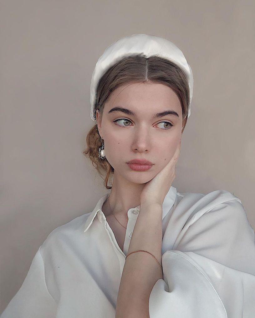 精灵系18岁女孩高领衣凸显性感曲线,侧脸廓深叫人迷恋. 养眼图片 第5张